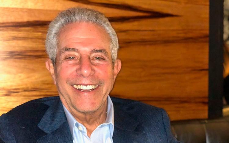 Con Michael Jay Solomon, 62 años distribuyend...