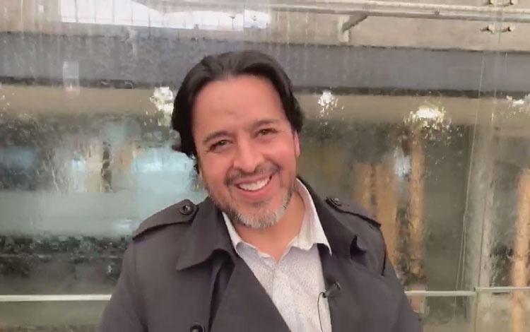 Con el actor Toto Vega recibiendo el PRODU Aw...
