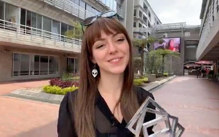 Con la actriz Luna Baxter recibiendo el PRODU...