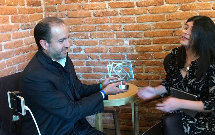 Con Javier Recio, CCO de Eutelsat recibiendo ...