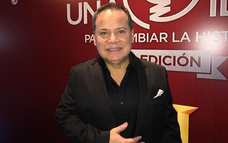 con Rubén González director de Mercadeo para ...